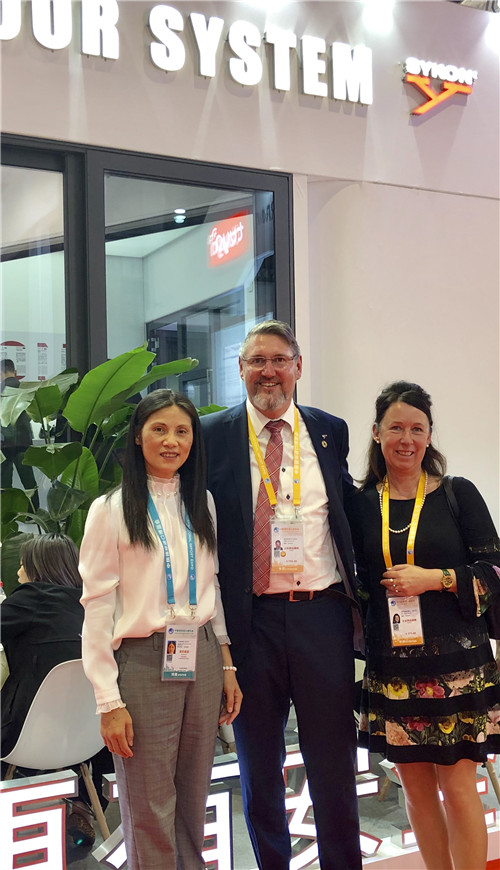 Sykon的總栽Stephan Beermann先生和他的夫人 Anke來自德國SYKON門窗鋁業有限公司(SYKON&Co.)與江蘇景泰玻璃國際部Joanne Guth 女土進行合作交流
